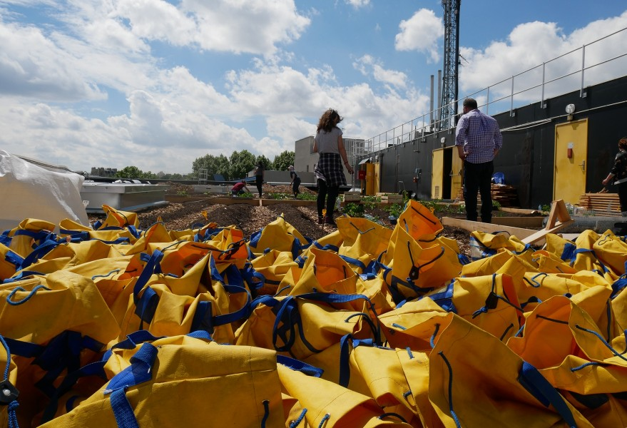 Les sacs de la Poste recyclés en sacs de transport pour la terre. © Sarah Langinieux / Cityside